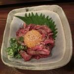 55360663 - 炙りユッケ、1人前810円。(税抜)