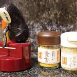大地のうどん - 卓上調味料とカオナシ