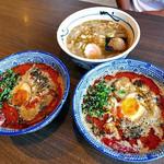 ら麺のりダー - 「坦々つけ麺(辛さレベル2号)」(右)・「坦々つけ麺(辛さレベルV3)」(左)・「つけ麺」の付け汁(2016年8月)
