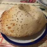 BOSPHORUS HASAN - ケバブセット(1,000円)             パン。             ピタパンのようなパンで、中が空洞になっているため、ケバブを入れていただきました。             焼きたて熱々だったのが良かったです。