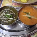 インドネパール料理 ラージャ - Bセット1134円 左:サグチキン 右:チキンカシミール