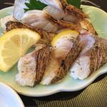 寿司源 藤沢大庭店 - 奥 のどぐろ炙り       手前 黒むつ炙り  竹塩とレモンで旨すぎる!(≧∇≦)