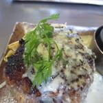 きゅうろく 鉄板焼屋 - ゴルゴンゾーラソースのこだわりの黒毛和牛ハンバーグ(150g)
