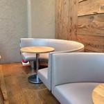 レム日比谷 - 【2016年06月】雰囲気の良い店内、壁側テーブル席。