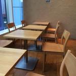レム日比谷 - 【2016年06月】雰囲気の良い店内、窓側テーブル席。