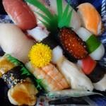 55388248 - ◆「北辰にぎり寿司(1080円)」・・海老・中トロ・赤身・鮭・アナゴ・北寄貝・烏賊・カンパチ・タコなどが入っています。                       このお値段でこの内容なら十分だと申しておりました。