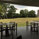 ザ・ミューゼス - 素敵な中庭を一望できるテラス席(-_^)b