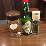 室壱羅麺 - 薬味(酢・タバスコ・バジル)