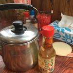 八重食堂 - このヤカンに 熱々スープが たっぷり入っていて 自分で麺にかけて食べるスタイルが面白い♫