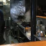 そばじん - 調理場、鉄鍋用コンロが並ぶ