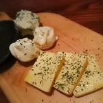 鉄板ビストロ シーフードバンク Gochi - 世界のチーズ3種盛り合わせ