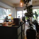 カフェ ツバメ - 奥から前のほうを撮る