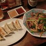 55425529 - 野菜たっぷりの中国的屋台風餃子、牛肉とニンニクの芽の炒め