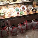 チャイナテーブル - 1608 チャイナテーブル千里中央 お店入口(紹興酒龜が並んでます)