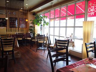 モカアートカフェ - 明るい店内。分煙ではありません。