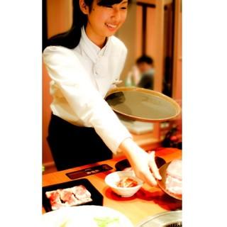 ご注文いただいたお料理は全てスタッフがお席までお持ちします。