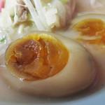 中華料理 旬 - 黄身がねっとりペースト状の味玉はしっかり味が付いていて、単独でも美味し♪