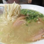 中華料理 旬 - 鶏白湯らーめん560円。博多水炊きのスープを連想させるあっさりとこっくりが共存したシンプルで美味しいスープです。