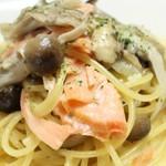 アル マンドリーノ - スモークサーモンとキノコのクリームソース スパゲッティ