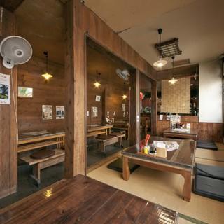 民家風の店内。木造りの落ち着いた座敷席でくつろぐ。。。