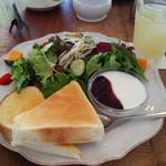 55455590 - サラダモーニング、グレープフルーツジュースで