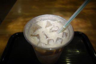 サザコーヒー 大洗店 - その後、クリームをMixしてコーヒー全体になじませて飲んでみると、力強いクリームのコクとキャラメルの濃い甘みが出現。コクのある美味しさが先に立ったスイーツ・ドリンクとしての美味しさを感じる1杯です。