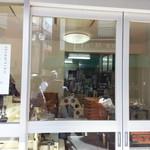 石田屋 - 右横には製菓工場があります。