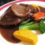 レ・ポム - ランチ:メイン・肉料理(牛タンの赤ワイン煮込み)*友達がオーダー