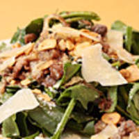 はじめの一っぽ - 砂肝、豚耳、軟骨とほうれん草のサラダ 温アンチョビソース