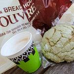 ルウブル パン工房 - サービスの抹茶メロンパン?とカプチーノ