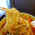 奈良屋 - 麺は岩手らしく高加水の細縮れ麺、野菜、麺と量は多い