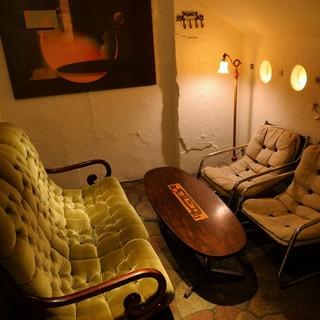 トーンダウンした照明に、ふかふかソファの落ち着いた個室も。