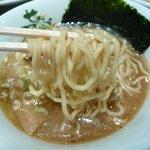 せたが屋 - ハーフラーメン(麺持上げ)