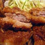 グリル欧風軒 - ビフカツの断面はこんな感じになっています。 肉がカツの中でじゅわ~ってなっているんですよ。 早く写真を撮って熱々で食べないと。 パクっ。 ワオっ!! たまりませんよ。 肉が美味しいのは当然なのですが、