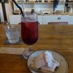 55515144 - ブルーベリーソーダジュース、ストロベリークッキーのアイス