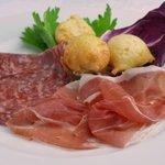 ビルーチェ - イタリア風前菜(生ハム・フィノッキオーナとトスカーナ風揚げパンのココッリ)