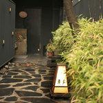 石慶 - 京都らしく、玄関は、一軒路地を進んだ奥に。