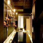 石慶 - 玄関を入ると黒を基調にした大人の空間。