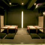 石慶 - 掘りごたつのテーブル席。