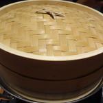 鮮魚個室居酒屋 潮蔵 所沢プロぺ通り店 - 金目鯛のせいろ蒸し鍋を蒸しているところ