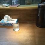 中華そば煮干しや - カウンター席(水はセルフ・箱ティッシュ完備)