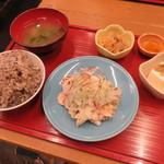 soto - 豚しゃぶ定食:豚しゃぶ、十六穀米のご飯、小鉢2種(じゃこ豆腐、切り干し大根)、お漬物、わかめの味噌汁2
