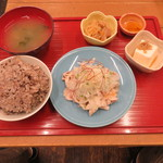 soto - 豚しゃぶ定食:豚しゃぶ、十六穀米のご飯、小鉢2種(じゃこ豆腐、切り干し大根)、お漬物、わかめの味噌汁1