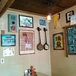 仲本食堂 - 不思議と寛ぐ店内。具志堅カンムリワシ時代ポスター