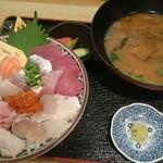魚っ魚家 - 料理写真:海鮮丼ランチ、中盛り