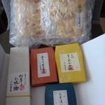 55587073 - 「佃煮」好きなことを覚えていてくれるのも嬉しいですし、                       東京に行くたび買う「おせんべい」まで同封してくれる心遣いに感謝ですね。