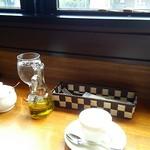 Piachere - コースのカプチーノ と 卓上。 窓際のカウンター