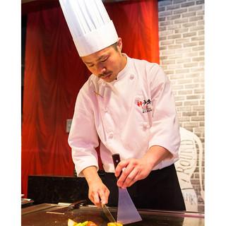 目の前のシェフによる、鉄板焼の本格神戸牛ステーキ