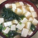 いもや - 9/2、味噌汁は豆腐とワカメですが具沢山、ダシもしっかり効いて美味しいです。