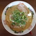 楽縁 - 豚骨しょう油ラーメン(600円、真上から)
